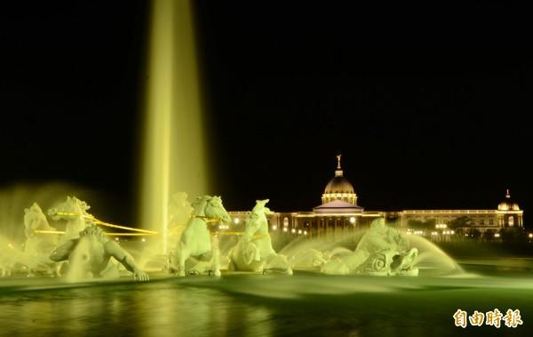 到了夜裡,奇美博物館及其噴泉廣場也很有看頭。(記者吳俊鋒攝)