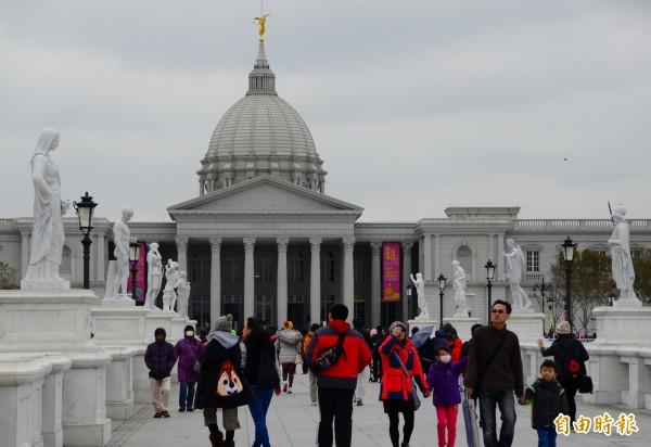 奇美博物館人潮回流,再次成為熱門景點。(記者吳俊鋒攝)