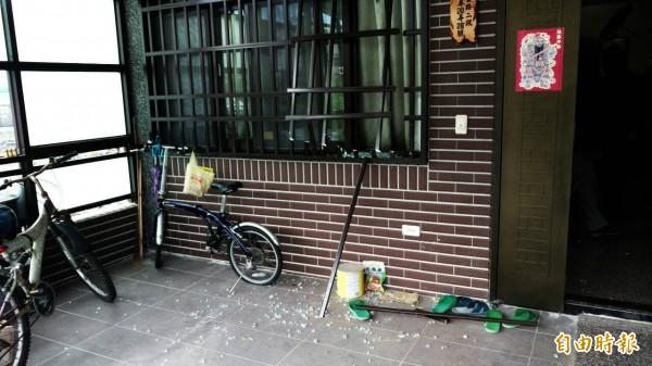 警方及消防人員破壞一樓鐵窗進入屋內。(記者朱則瑋攝)