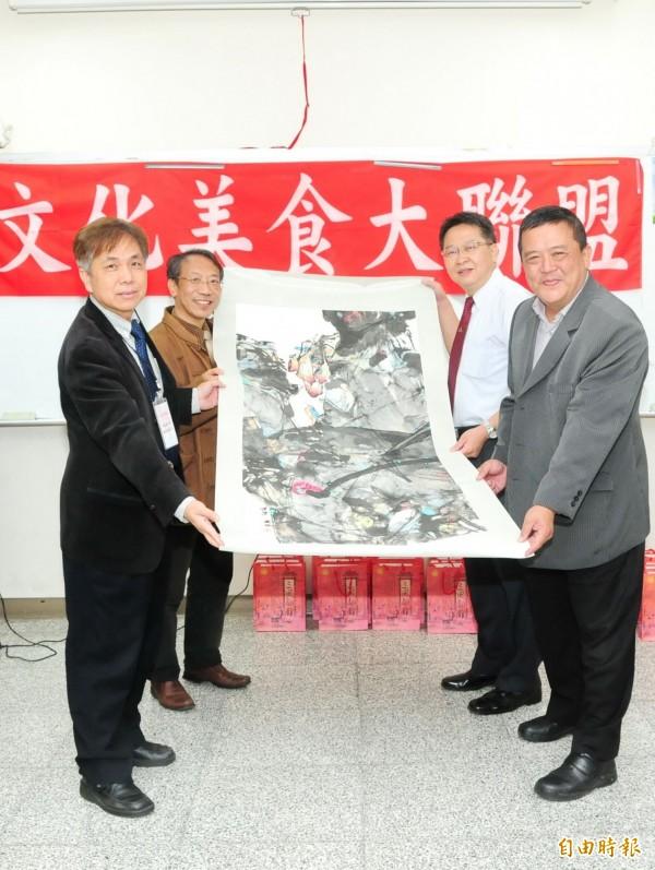 文化美食大聯盟會員大會,靜宜大學轉送之前到中國撫順交流時,當地市長贈送的圖畫給聯盟的業者。(記者歐素美攝)