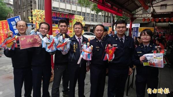 竹南警分局長莊武能(中)帶頭集思廣益,邀請「掌中劇」來宣導防詐騙。(記者彭健禮攝)