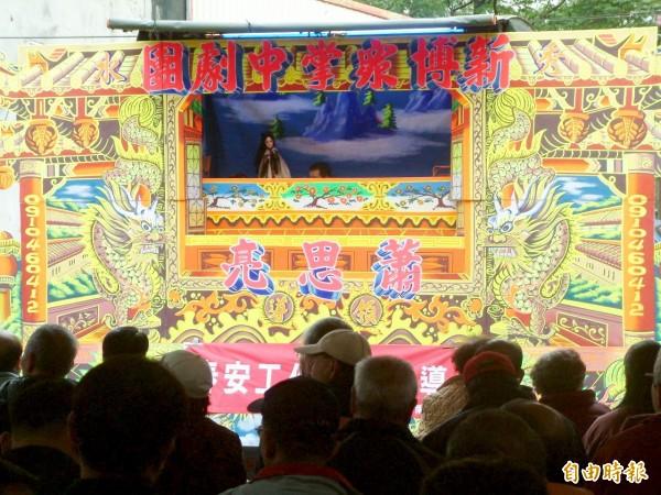 掌中劇團在竹南鎮保民宮前廣場演出,吸引許多長輩到場欣賞。(記者彭健禮攝)