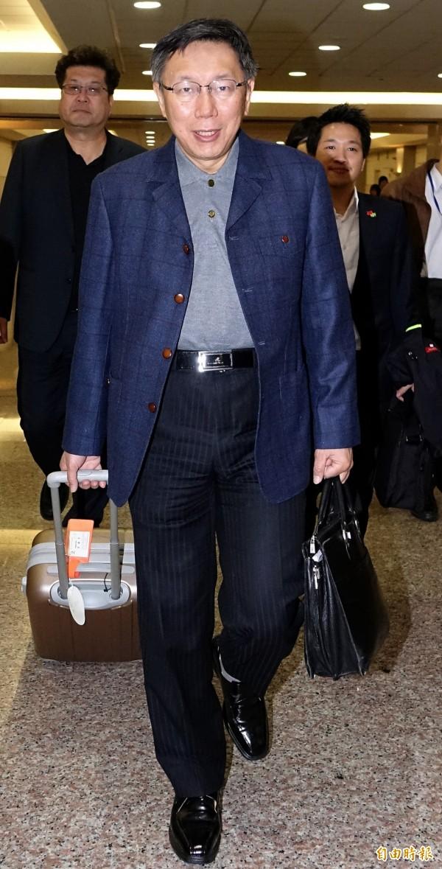 台北市長柯文哲(中)結束赴日考察行程30日晚間搭機返抵桃園機場。(記者朱沛雄攝)