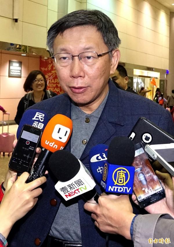 台北市長柯文哲結束赴日考察行程30日晚間搭機返抵桃園機場,在機場簡短說明訪日心得。(記者朱沛雄攝)