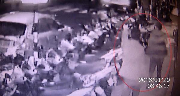 監視器拍下林女男友等人前來「助陣」的畫面。(記者王冠仁翻攝)