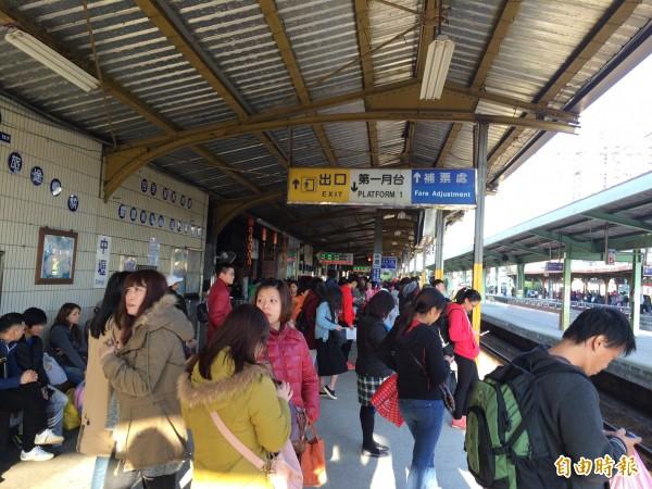 台鐵樹林段電車線掉落,約2萬5500名旅客行程延誤,圖為中壢車站人潮等車情形。(記者李容萍攝)