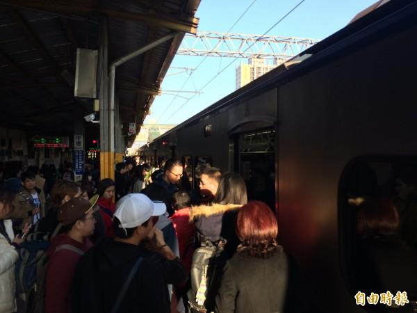 台鐵樹林段電車線掉落,約2萬5500名旅客行程延誤,圖為中壢車站旅客上車情形。(記者李容萍攝)