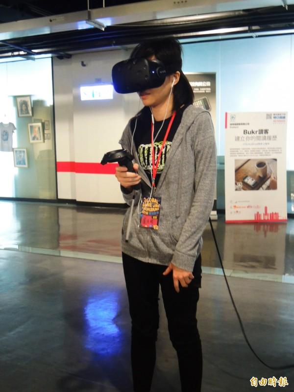 宏達電提供VR設備,讓創作者嘗試新型態的VR遊戲開發。(記者葛祐豪攝)