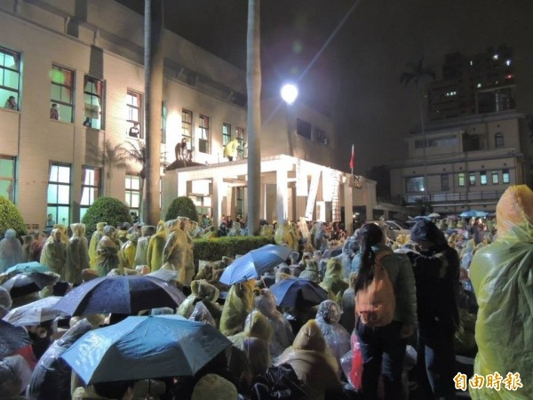 太陽花學運時立法院內湧入許多抗爭者。(資料照,記者蘇芳禾攝)