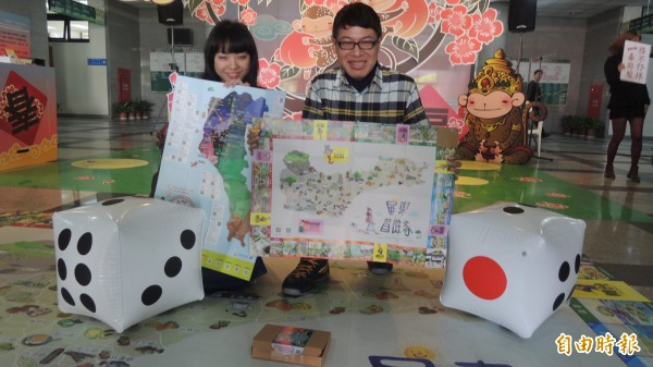 春節服務不打烊,屏東縣政還邀請插畫家設計桌遊。(記者羅欣貞攝)