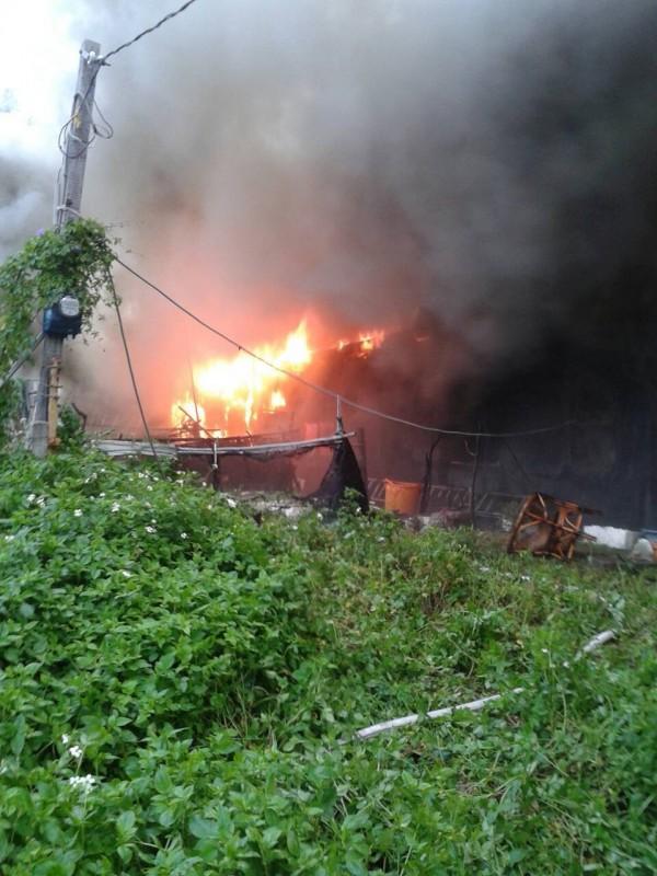 烈焰、濃煙齊竄,左鄰右舍欲搶救,根本無法靠近。(記者陳賢義翻攝)