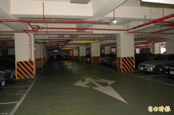 新營綠都心公園地下停車場長期遭人佔用停車位。(記者楊金城攝)