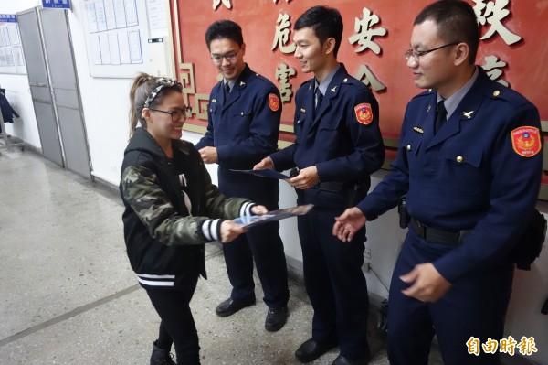「熊熊」卓毓彤贈與警方親筆簽名的文件夾。(記者姜翔攝)