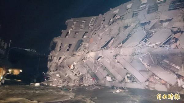 永大路二段的大樓倒塌,令民眾驚魂未定。(記者王捷攝)