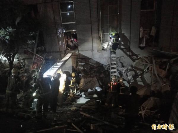 消防元目前正在潛入廢墟中搶救受難人員。(記者王捷攝)