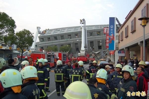 永康大樓倒塌現場,救難人員持續增援。(記者楊金城攝)