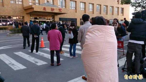 蔡英文到奇美醫院探視震災傷患,有民眾披著大棉被在一旁觀看。(記者洪瑞琴攝)