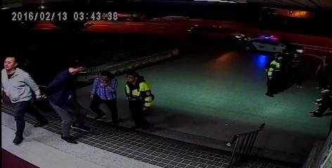 警方將涉嫌毆人的王男及顏男帶回派出所(記者姜翔翻攝)
