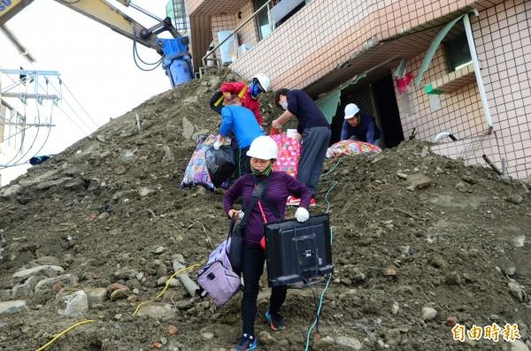 歸仁區傾斜的幸福大樓將拆除,居民先搶救家當。(記者吳俊鋒攝)
