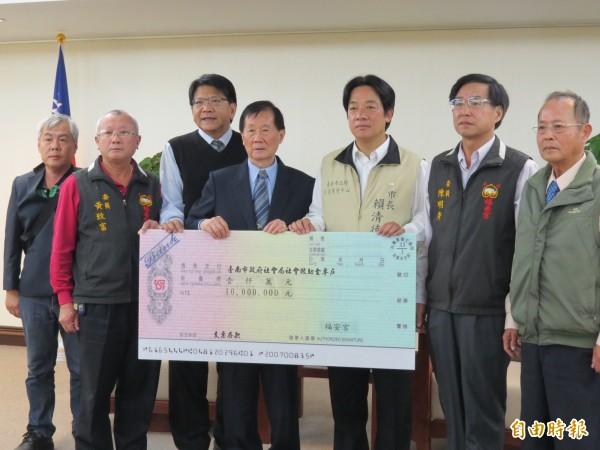 車城福安宮捐善款1000萬協助南市賑災。(記者蔡文居攝)