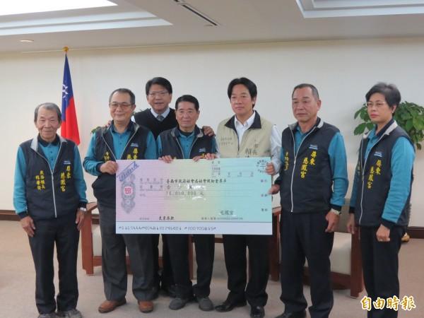 屏東慈鳳宮捐善款1000萬協助南市賑災。(記者蔡文居攝)