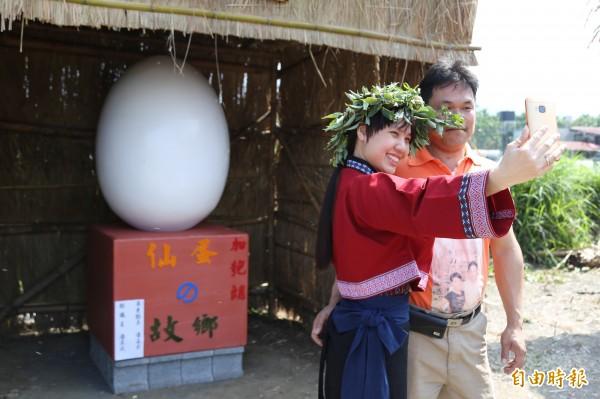 在屏東萬巒的加匏朗馬卡道族,有著行之有年的吃「仙蛋」傳統,今天縣府文化處與地方居民共同舉辦文化復振活動,希望將「仙蛋」的故事繼續傳承下去。(記者邱芷柔攝)
