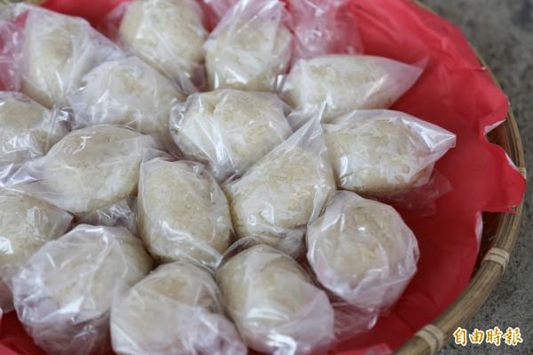 利用糯米、糖捏成蛋形狀的飯團,是地方族人元宵節必備的祭品。(記者邱芷柔攝)