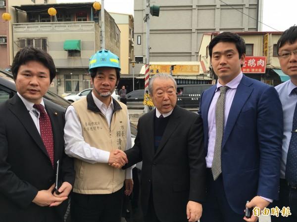 賴清德(左二)視察時巧遇日本友人也前來關心,賴清德當面握手感謝。(記者林孟婷攝)