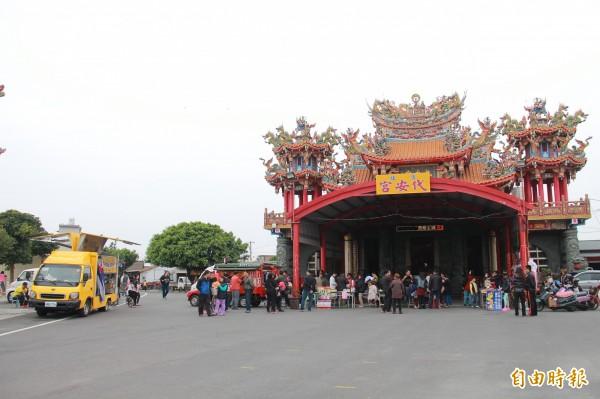 透過臉書號召,「二林四鄉鎮呷透透」與網友們在二林代安宮熱鬧開吃。(記者陳冠備攝)
