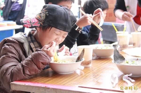 不少家扶童第一次吃到拉麵,趕緊大快朵頤一番。(記者陳冠備攝)