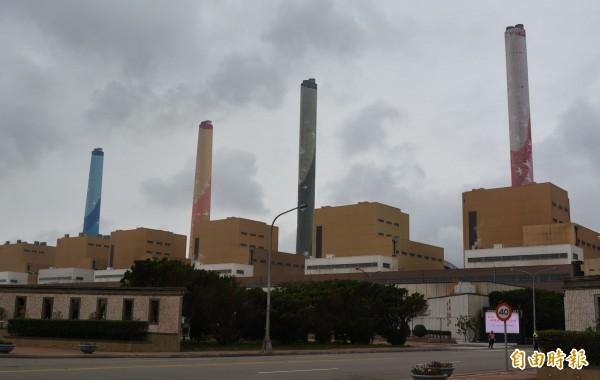 台中火力發電廠現有10部燃煤機組,提供全台約2成電力,因是台中空氣重要污染源,蔡其昌要求逐年將燃煤機組改成天然氣發電。(記者陳建志攝)