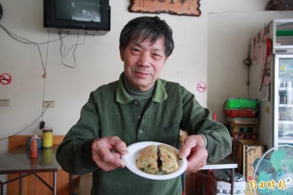 中港炸粿第三代老闆連勝源,端出招牌料理炸肉嗲,並娓娓道來中港地區的興衰。(記者鄭鴻達攝)