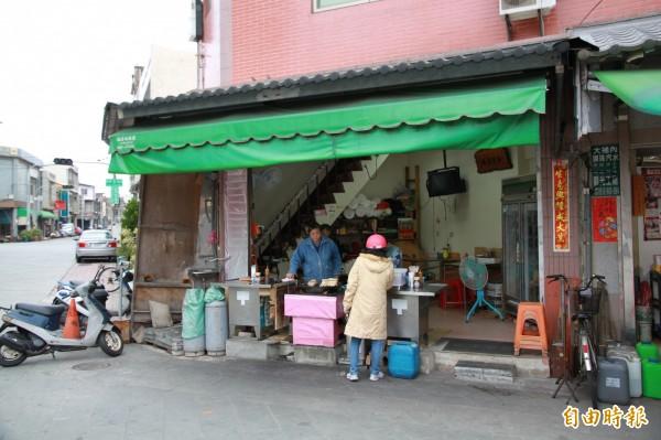 中港炸粿坐落於竹南鎮中港慈裕宮對面,在當地賣炸肉嗲、炸粿,已有上百年。(記者鄭鴻達攝)