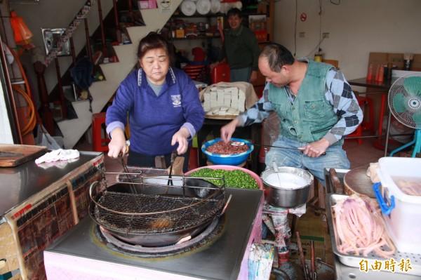 第三代老闆娘連林秀玉,與第四代老闆、兒子連志強,熟練地製作著炸肉嗲。(記者鄭鴻達攝)