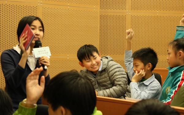 「公益美少女」沈芯菱(左)應邀分享「轉彎思考」的力量。(圖:勞動力發展署北分署提供)