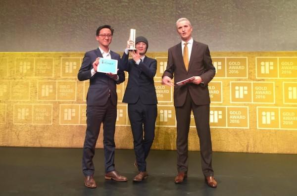 左起 iCHEF 共同創辦人程開佑與設計總監張藝瀚與 iF CEO Ralph Wiegmann(iCHEF提供)