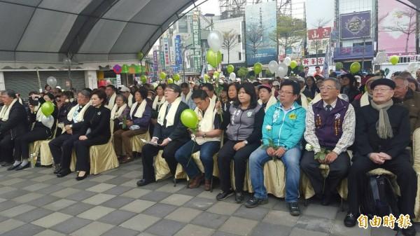 嘉市228紀念追思活動首度在嘉義火車站廣場舉行。(記者丁偉杰攝)