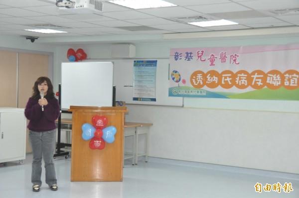 高雄市透納氏關愛協會理事長柯聿馨分享她的心路歷程,並鼓勵病童及家屬。(記者湯世名攝)