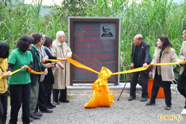 台灣大地文教基金會於台灣聖山為梅心怡立碑紀念。(記者佟振國攝)