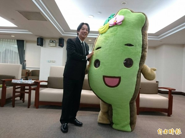 賴清德與台灣達抱抱。(記者洪瑞琴攝)