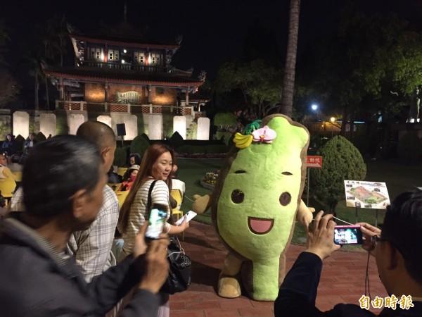 台灣達扮觀光親善大使與民眾合照打卡,未來照片將用作宣傳台南觀光。(記者洪瑞琴翻攝)