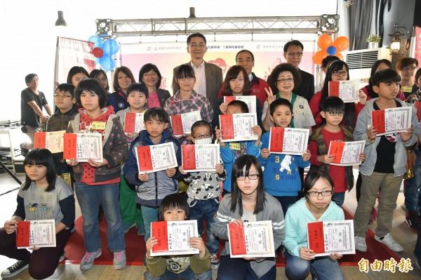 慶聯港都有線電視捐百萬助學金幫助弱勢。 (記者張忠義攝)