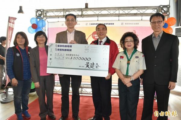 慶聯港都有線電視董事長黃建全(左三)捐百萬助學金給南家扶幫助弱勢學生求學。 (記者張忠義攝)