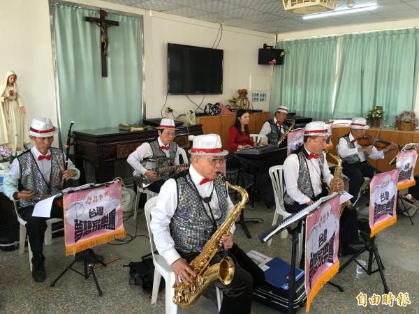台灣夢想家樂團成員四處當志工,透過音樂分享快樂。(記者黃淑莉攝)