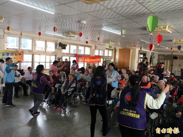 斗南福安養護中心老人家,跟著節奏擺動身體。(記者黃淑莉攝)