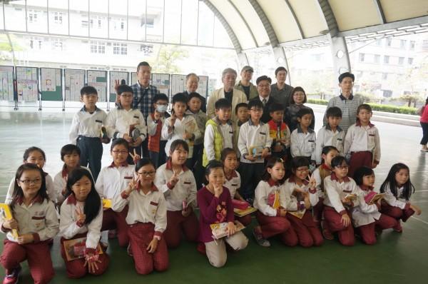 昨日小林豊到安平國小校參訪、演講,小林豊先生熱情地跟現場的小朋友分享一路創作的所見所聞,回答小讀者各式各樣意想不到問題,換來小學生崇拜的眼光。(記者王捷翻攝)