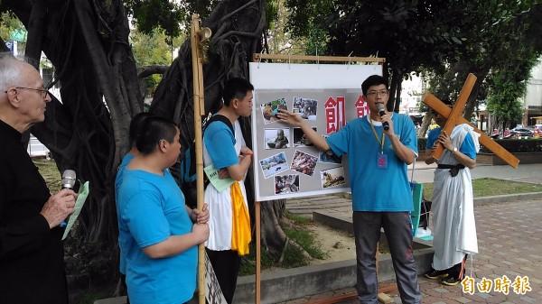 智青們在延平郡王祠說明世界各地人民面臨饑餓的情形。(記者蔡文居攝)
