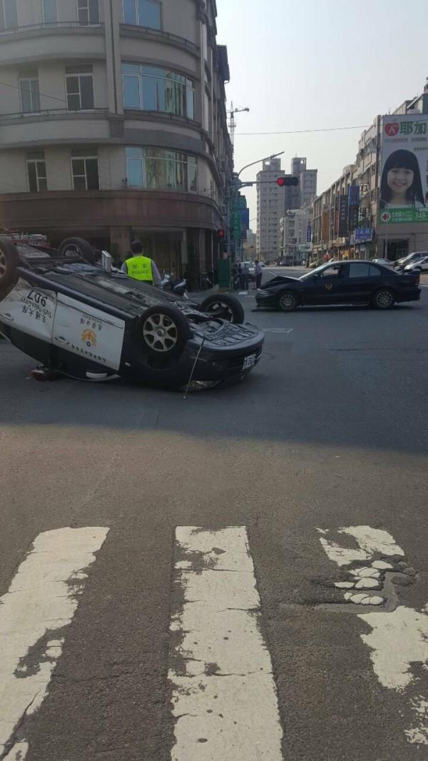 巡邏車被撞的四輪朝天。(記者蔡清華翻攝)