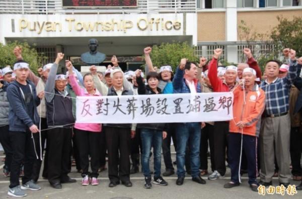 鄉代會主席許文萍(中)曾率領上百位群眾,衝進鄉公所抗議。(資料照)