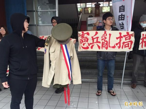 抗議者最後將憲兵制服燒掉。(記者蘇芳禾攝)